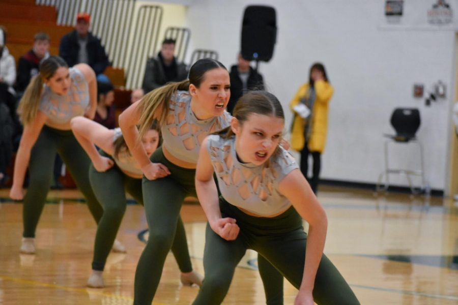 Seniors Paige Ekblad and Ana Macha, junior Isabella vonPieschel, and sophomore Elise Arriaga enter the ripple on their assigned counts. The Pomcats qualified for state with a 2nd place finish at sectionals.